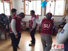南京高校老外学雷锋 走进养老院慰问老人