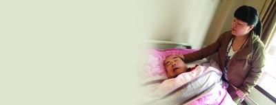 赵静霞把老父亲搬进养老院照顾。