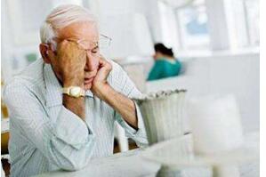 老年人吃东西就吐是怎么回事,老年人吃东西呕吐的解决办法