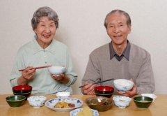 老年人吃饭噎住了怎么办,四个解决老人吃饭噎住最好办法