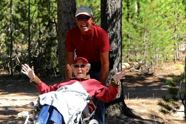 90岁患癌老人放弃治疗旅行 这心态真心洒脱