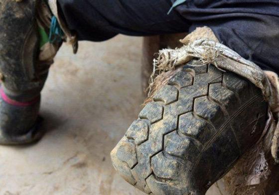 """老人轮胎当脚干活 """"轮胎哥""""身残志坚"""