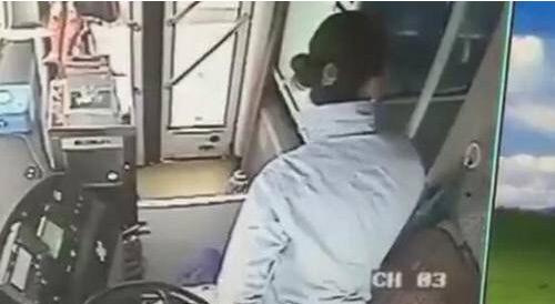猥琐老头公交强吻女孩 遭到女司机师傅的严厉喝止